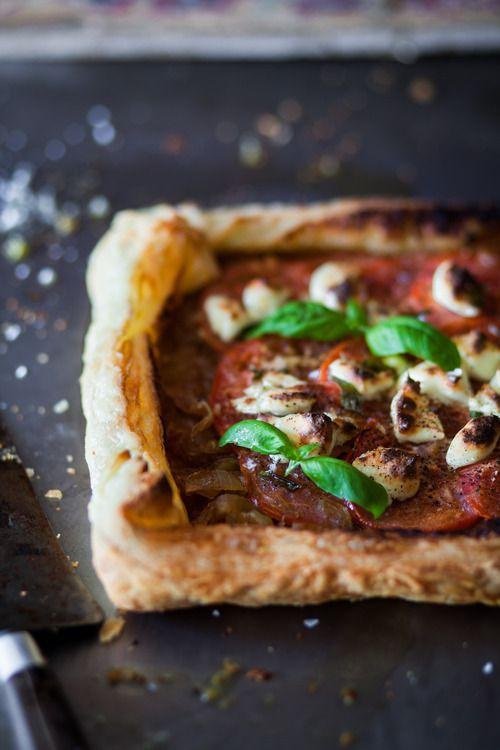 Tarte aux oignons caramélisés, tomates et chèvre!