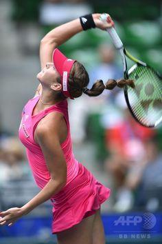 女子テニス、東レ・パンパシフィック・オープン(Toray Pan Pacific Open 2014)シングルス2回戦。サーブを打つベリンダ・ベンチッチ(Belinda Bencic、2014年9月17日撮影)。(c)AFP/KAZUHIRO NOGI ▼18Sep2014AFP|Iサファロワが新星ベンチッチの快進撃止める、パンパシフィック・オープン http://www.afpbb.com/articles/-/3026225