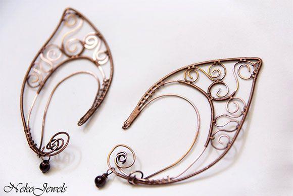 Orecchini fatti a mano con la forma di orecchie da elfo. Handmade elf ear earrings.