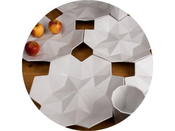Veľká misa je vyrobená z glazovaného porcelánu a jej tvar vychádza z geometrizácie kvetu lalie, zároveň sa inšpiruje českým kubizmom v keramike. Ideálne sa hodí k využitiu ako misa na ovocie. Spolu s hrnčekom vytvára nekonečne opakujúcí sa trojrozmerný vzor.
