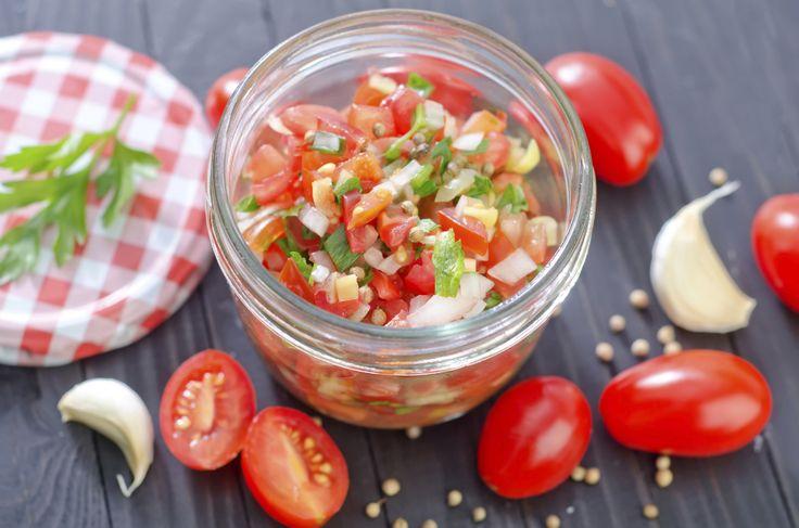 Soms zijn de meest simpele dingen het lekkerst, zoals bijvoorbeeld deze supersnelle tomatensalsa. Serveer bij stokbrood, als dip voor nacho's of op geroosterde bruschetta's. Snijd de tomaten in zo klein mogelijke blokjes. Breng op smaak met peper en zout. Snipper de ui en pers de knoflook, en meng met de tomaten. Hak ook de peterselie …