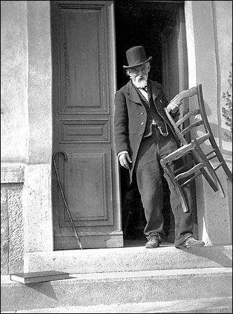 Cézanne at his Les Lauves studio in 1906, in a photograph by Gertrude Osthaus, wife of the museum director Karl Ernst Osthaus.