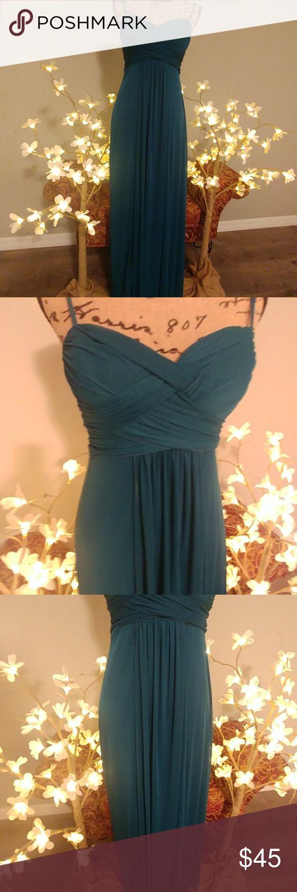 Wunderschönes türkisfarbenes Kleid Wunderschönes türkisfarbenes Kleid mit Kreuzakzent aus …