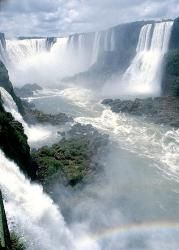 A la frontière du Brésil et de l'Argentine, les chutes d'Iguazu méritent vraiment le détour. Composées de plusieurs centaines de cataractes, elles s'étendent sur moins de 3 km de long et 80 m de hauteur : un spectacle gigantesque et éblouissant ! par Audrey