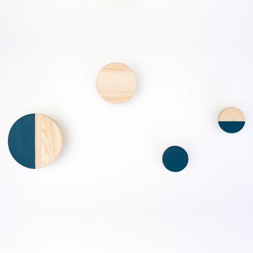 Avec le kit déco de Prêt A Créer, personnalisez vos patères en bois pour une déco unique.