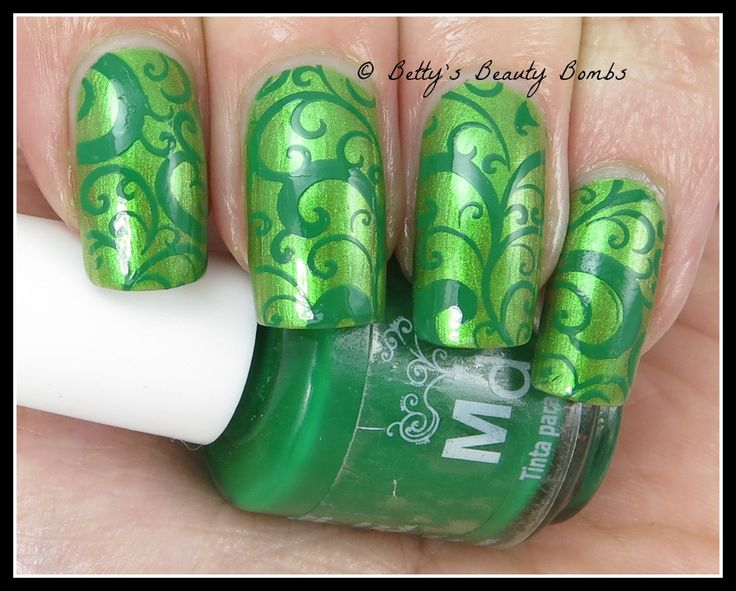 OPI My Gecko Does Tricks from the Hawaii collection. The stamping polish is Mundo de Unas Military Green and the design is from Pueen Plate 74.