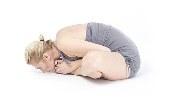 Jak wykonać Baddha Konasana uczy Basia Lipska. #joga #asany #jogawdomu #portalyogi