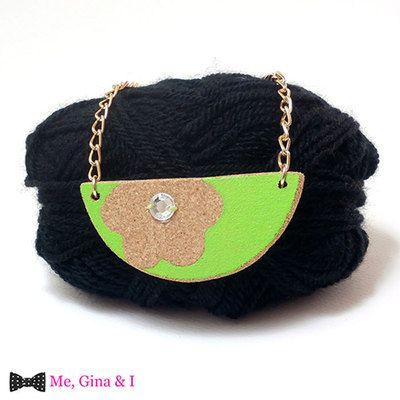 Green flower semicircle short necklace made of cork.