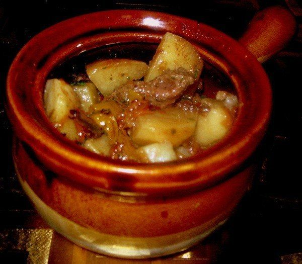 Ингредиенты:лукперец болгарскийпомидорычесноккартофельмясожирПриготовление:1. Готовим поджарку из лука, болгарского перца, помидоров и чеснока. Добавив немного горячей воды, тушим еще минут 15. Не за…