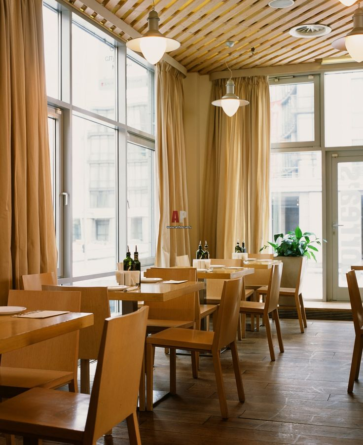 КОНЦЕПЦИЯ Дизайн-проект городского кафе Correa`s отличается простотой отделки, где важную роль играет натуральное дерево, текстиль и освещение. Кафе расположено в центре Москвы, сквозь панорамные окна видна тихая столичная улица с неспешным движением. Отсутствие суеты, а также теплая сливочно-золотистая цветовая гамма и большое количество естественного света, льющегося из окон, создают умиротворяющую атмосферу.  ПЛАНИРОВКА Заведение занимает несколько небольших залов, которые свободно…