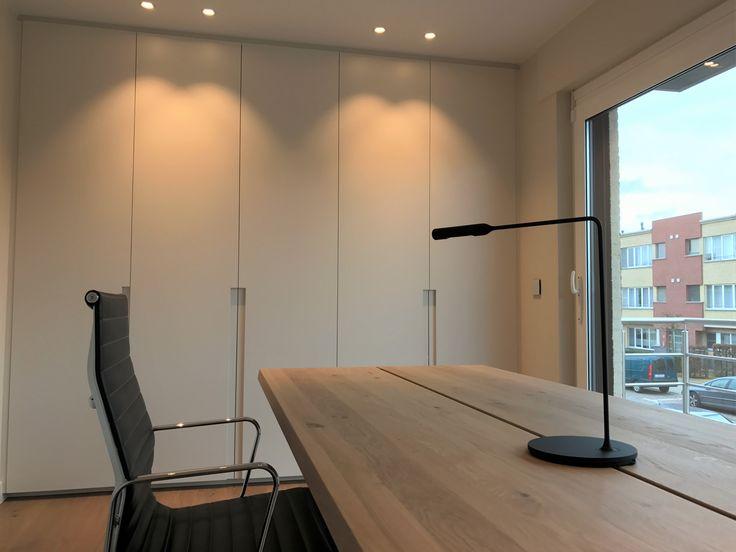 Differend Interior Design - Bureau met op maat uitgewerkt kasten, Arco Base bureautafel, Vitra Eames bureaustoel en Lumina Flo bureaulamp