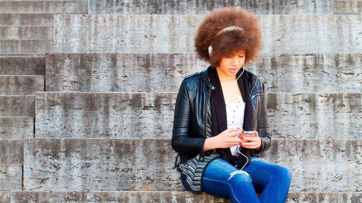 Musik auf dem Handy hören, die zur Stimmung passt: Das mögen vor allem Jugendliche Foto: Shutterstock - Lëtzebuerger Journal
