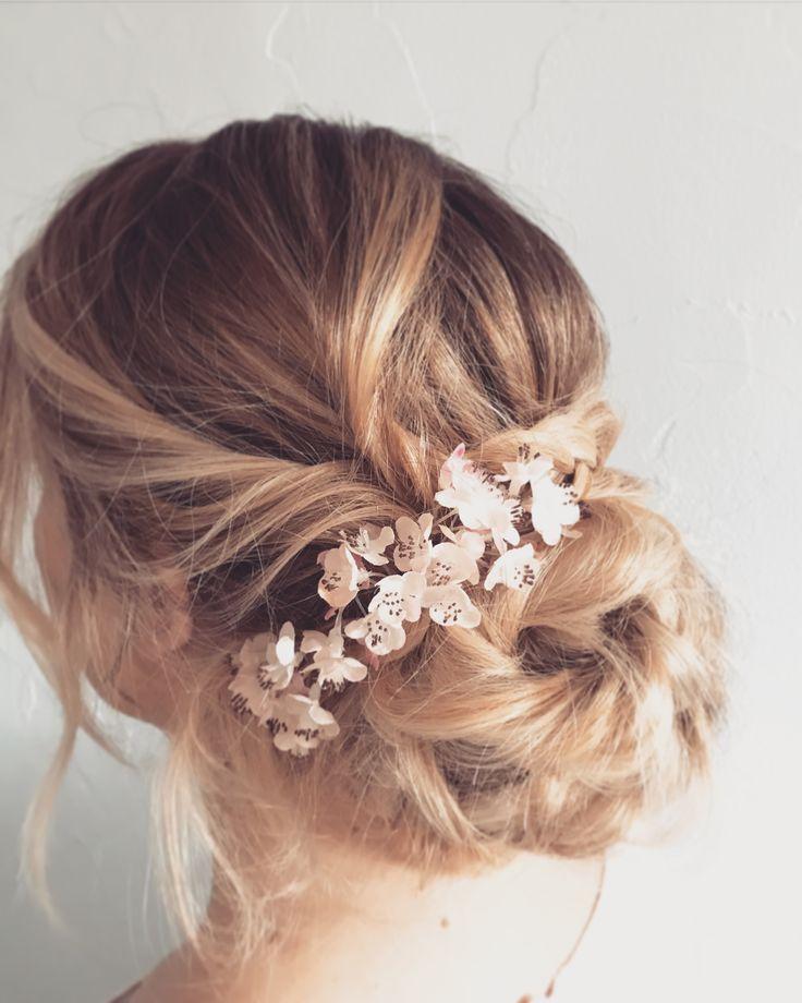 Un chignon bas flou et tréssé #coiffuremariee #tresses #bridalhair #chignondemariee #coiffure #boheme #mariee #romantique