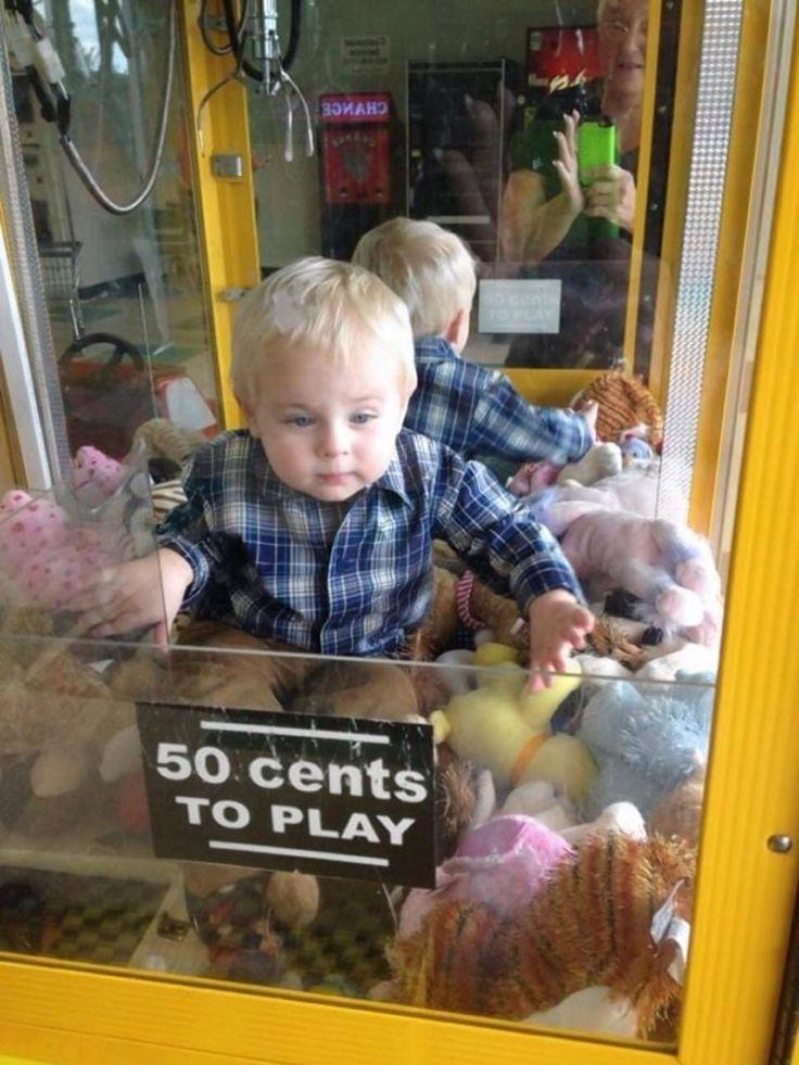 """Niño de Tennessee USA queda atrapado dentro de un juego de arcade. """"No sabíamos si reír, temblar o poner 50 centavos en la máquina"""" indicaron los padres de este hombrecito que siempre está buscando maneras interesantes para mantenerse ocupado. Muchas bendiciones para sus padres, nos alegramos de que se encuentre bien!"""