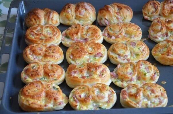 Такое печенье отлично подойдет в качестве закуски или может быть подано к легкому овощному или куриному супчику вместо хлеба