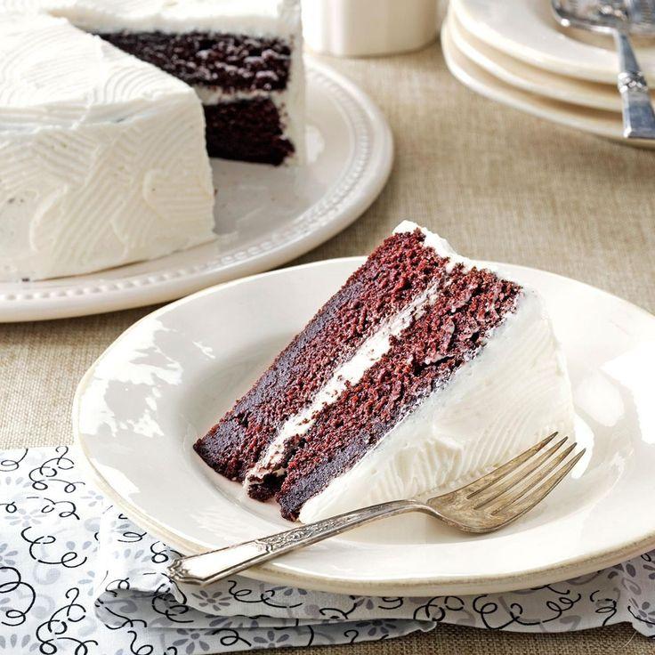 """Moja babička bola neskutočná pekárka. Ako dieťa si pamätám na mnoho koláčov, avšak až teraz, keď zomrela, dostali sme sa s mamou pri vypratávaní jej vecí k zošitu, kde si písala recepty na sladkosti. A našli sme hotový poklad, pretože najlepší """"nedeľný"""" zákusok aký si od babičky pamätám, bola mokrá čokoládová torta. Rozhodla som sa,"""