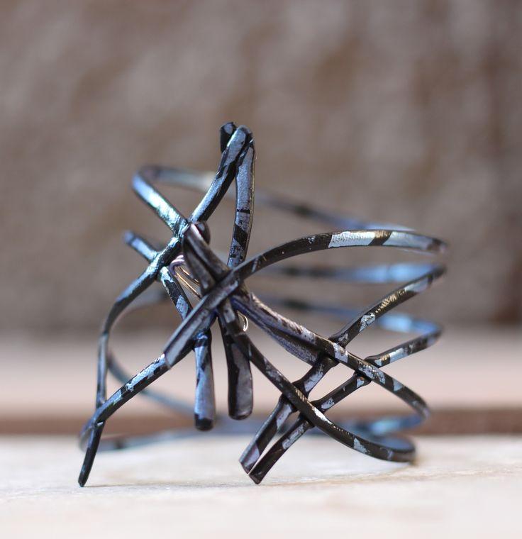 Pulsera de fusión azul Käira. Se puede poner esta pulsera por los dos lados. El primer lado es minimalista, y el otro es compuesto por líneas incurvadas, muy típicas del ADN de Käira.