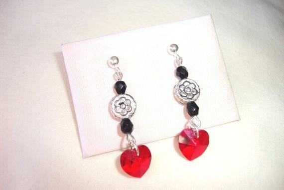Pendientes de plata con corazones de cristal swarovski en color rojo, con facetadas de cristal checo en negro.