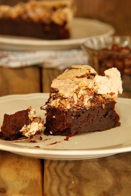 עוגת שוקולד ללא גלוטן עם מרנג אגוזי לוז