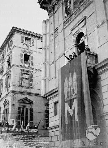 TORINO 1939, MUSSOLINI AFFACCIATO AD UN BALCONE DELLA CASA LITTORIA