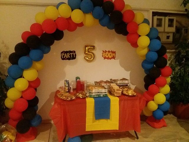 Balloon arch for a birthday party ( superheroes ).