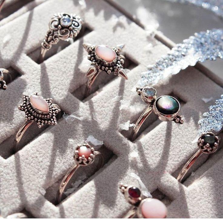 Pretty silver rings, voorbeeldje. Meestal te vinden in winkels, waar Marissa nooit komt ;p Bijvoorbeeld van die spirituele, new-age winkels als Ananda of sieradenwinkels, waar ze ook vintage sieraden verkopen :)