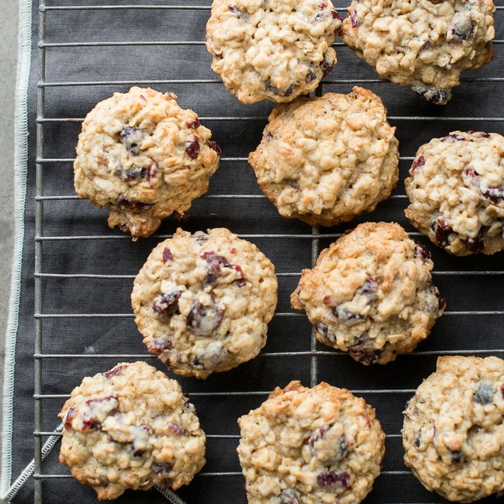 Oatmeal Cranberry Cookies | This holiday inspired oatmeal cookie has dried sweet cranberries and perfect for your next gathering.