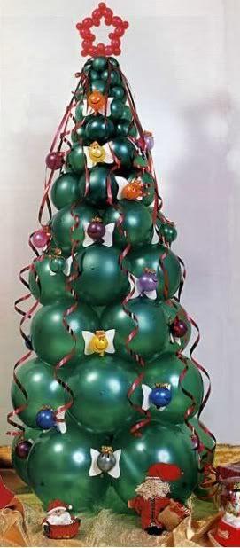 Un árbol de navidad echo con globos verdes y decoraciones livianas