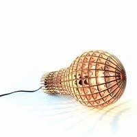Pendel-, gulv eller bordlampe  Beskrivelse:  Skøn lampe i laserskåret finér træ. Den store, smukke træ-pendel er formet som den pærer, den skal huse. Kommer med sort ledning med kontakt på. På den måde kan den bruges både som pendel, bord- eller gulvlampe.     Lyset bliver varmt i spejlingen med træet og den flotte form og de mange huller danner skønne skygger.     Størrelse  H41xØ23cm      Max 60watt. Stor fatning E27.     Materiale  Træ-finér