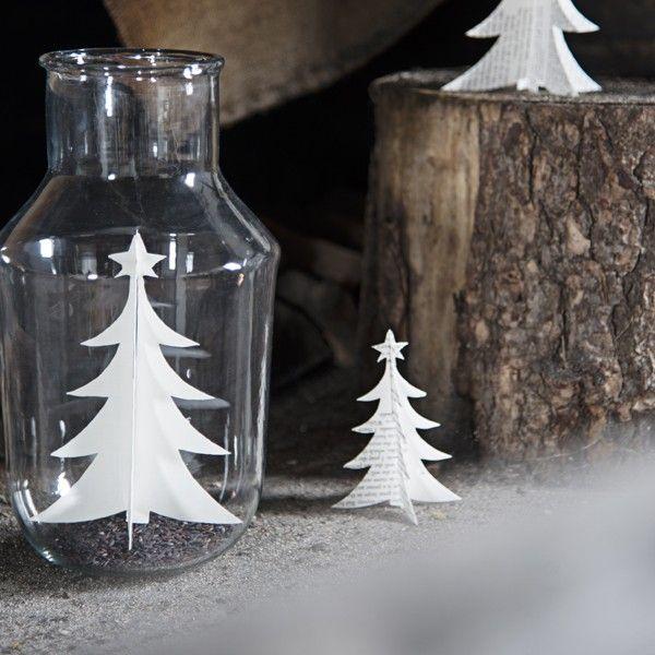 Vase klar - Madam Stoltz Glas vase fra Madam Stoltz.Vasen kan bruges som tradttionel blomstervase, eller som på billedet en smuk juledekoration.Vasen fra Madam Stoltz kan derfor bruges hele året - det er kun fantasien der sætter grænser.Glas vasen måler 27 cm i højden og har en diameter på 15 cm.