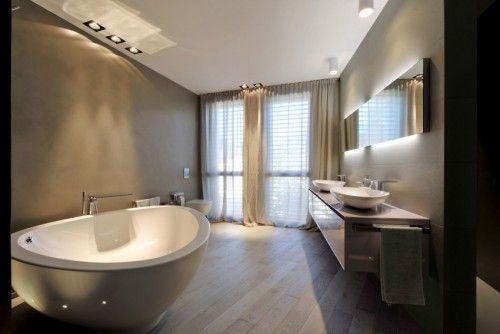 Italiaanse badkamers met schuine muren