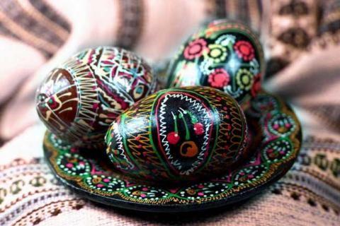 Яйца, расписанные черными и цветными узорами