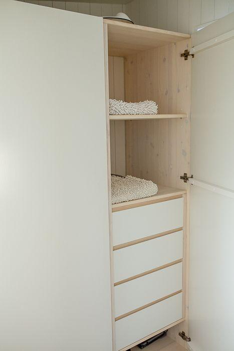 Snickeribyggd garderob i modulbyggt sommarhus. www.sommarnojen.se #garderob #snickeri #sommarhus #fritidshus #arkitektur #skandinaviskdesign