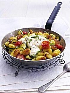Das Rezept für Gnocchi-Zucchini-Pfanne mit Feta-Cracker-Haube und weitere kostenlose Rezepte auf LECKER.de