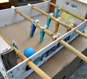 2 idées récup de jeux enfants à faire soi même : un babyfoot maison et un garage pour voitures.
