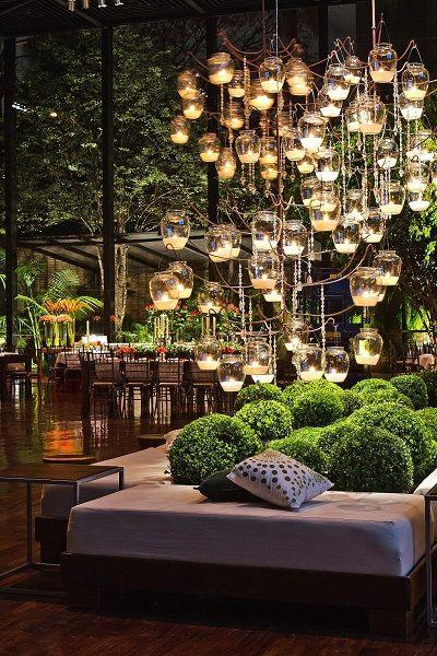 Luzes, velas e arranjos florais. Flores e decoração: Bothanica Paulista