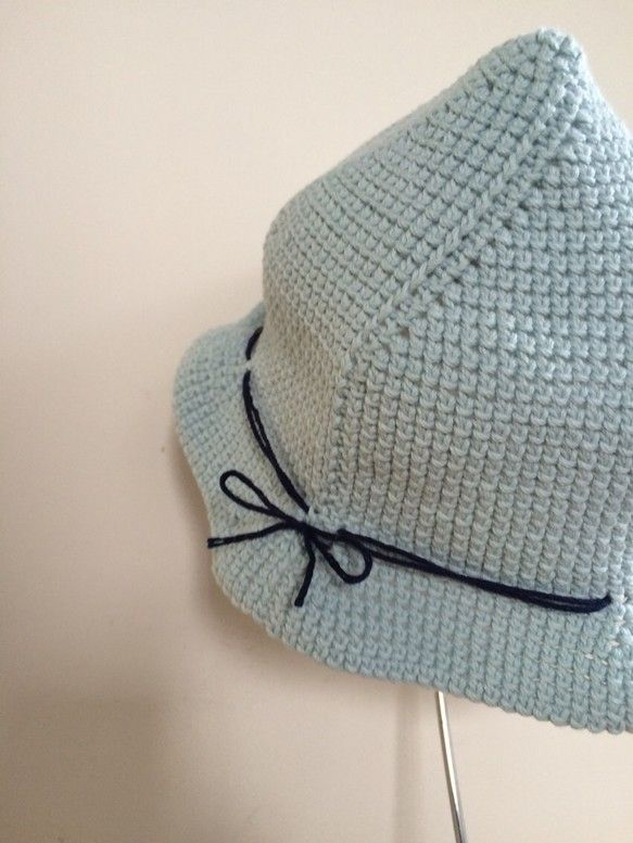 シンプルなチューリップ型ハットです。優しい水色の生地に紺色の糸でくるっとラインが入っています。軽くて柔らかいので、簡単にたたんで、持ち歩きも楽ちんです。コットン100%ですので、涼しくさらっとした被り心地です。通気性がよく、ムレませんので、汗っかきの赤ちゃんの日焼け帽子に♪国産のコットンを使用しています。サイズは頭囲約 43cmです。