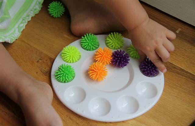 Utilizar material para realizar correspondencia uno a uno, las pelotas se pueden reemplazar por botones grandes o algodones y el plástico por cajas de huevos de 6 o 12 unidades