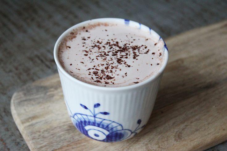 Varm kakao: 2 tsk god kakaopulver røres med 1/2-1 tsk agavesirup og lidt vand. Varmes op. Tilsæt 3/4 dl mandelmælk og 1 dl soyamælk. Varm op og drik :-)