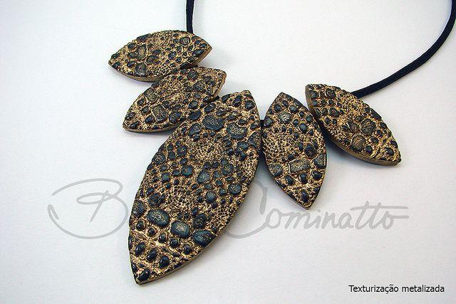 Texturização metalizada  (PVClay - Polymer clay) by Beatriz Cominatto, via Flickr