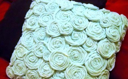 Idea fácil con Flores de Trapillo para Decorar un Almohadón - Tutorial en Español aquí: http://trapillo.com/blog/idea-facil-para-decorar-un-almohadon-con-trapillo/