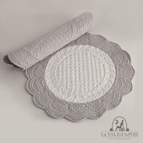 Coppia di tovagliette tonde in cotone 100%, bianche e grigie da un lato e mococolore grigie dall'altro.