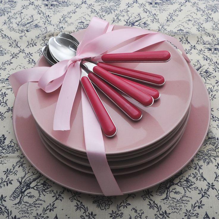 Σετ πάστας 13 τεμαχίων, αποτελείται από 6 πιάτα φρούτου και ένα πιάτο σερβιρίσματος stoneware και 6 κουταλάκια του γλυκού Kitchen Craft με ροζ πλαστική λαβή και το υπόλοιπο inox 18/10. Ένα υπέροχο σετ για γλυκά αλλά και για ορεκτικά σε μοναδικό ροζ χρώμα. Πλένονται όλα στο πλυντήριο πιάτων.