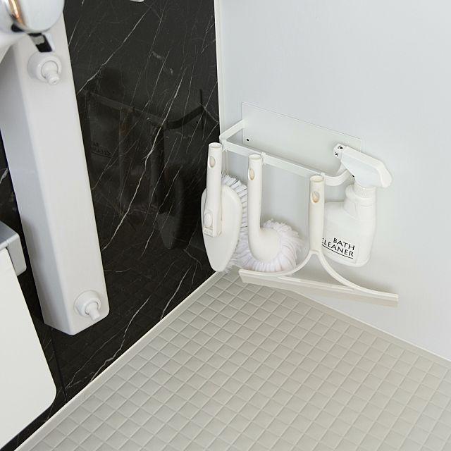 女性で、2LDKの収納/バススポンジ/スクイージー/satto/お風呂掃除/掃除道具…などについてのインテリア実例を紹介。「「お掃除道具」イベント参加** お風呂のお掃除は、お風呂から出る時にやります。 浴室の壁に、マグネットのバスブーツを収納するバーをくっつけて、そこにスポンジやスクイージー、洗剤を引っ掛けています。 スクイージーで水滴をきって、最後にバスタオルで拭きあげておくと水垢がつきません♪ 水回りのお掃除は汚れをためこむと大変なので、毎日ちょっとだけ頑張るようにしています(๑•̀ㅂ•́)و✧」(この写真は 2017-08-11 16:54:34 に共有されました)