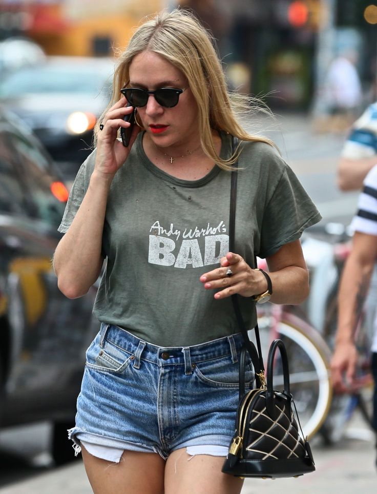 Paparazzi : CHLOE SEVIGNY à Denim Shorts Out à New York 07/05/2017