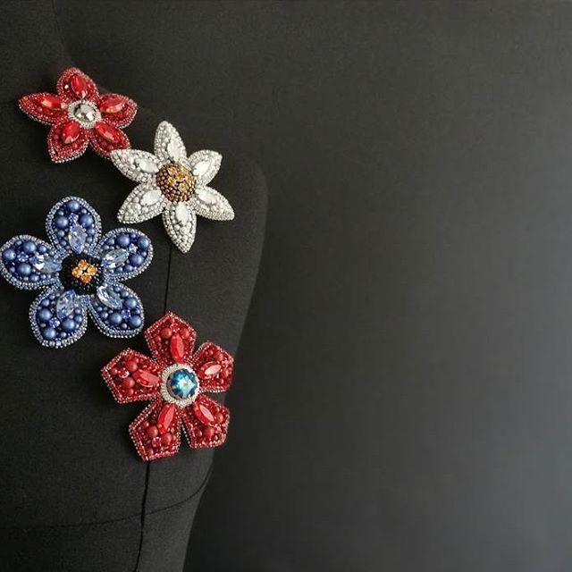 Всем привет!!! Посмотрите сколько цветочков в наличии♥ они поднимут вам настроение даже в самый пасмурный и холодный день! #брошьцветок #брошьручнойработы