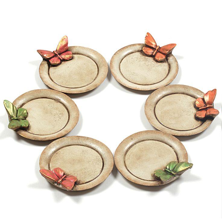 Üzerinde 3 boyutlu kelebekler bulunan, yuvarlak, 6'lı çay tabağı. Polyester malzeme üzerine elde boyama yapılmıştır. http://www.mammade.com/kelebekli-yuvarlak-cay-tabagi-6li