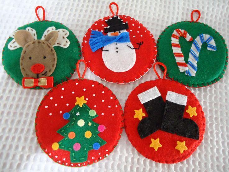 Disco de isopor reciclado coberto com feltro. Os cartões são sortidos com mensagens natalinas diversas *valor unitário