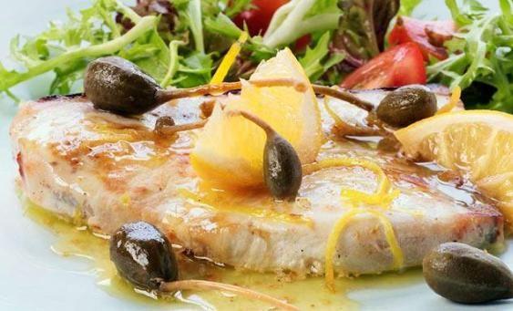 Pesce spada al forno Il pesce spada al forno si prepara ponendo il pesce in un tegame a cui aggiungeremo un trito di aglio e prezzemolo, bagneremo con il vino e corspargeremo di capperi. Il tutto verrà infornato per 40 minuti, prima di servire. http://www.buonissimo.org/lericette/3940_Pesce_spada_al_forno