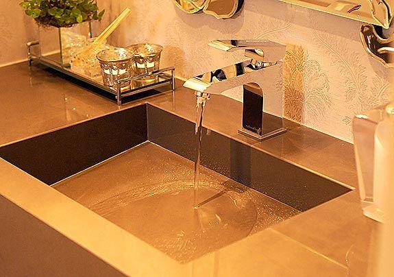 O modelo com válvula oculta esculpida em porcelanato garante sofisticação ao projeto deste lavabo em que foi utilizada uma torneira de bica ...